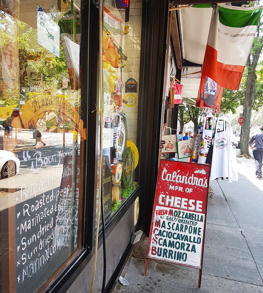 Tienda de quesos y embutidos italianos en una calle del Barrio Belmont, la Pequeña Italia del Bronx - Foto de Andrea Hoare Madrid