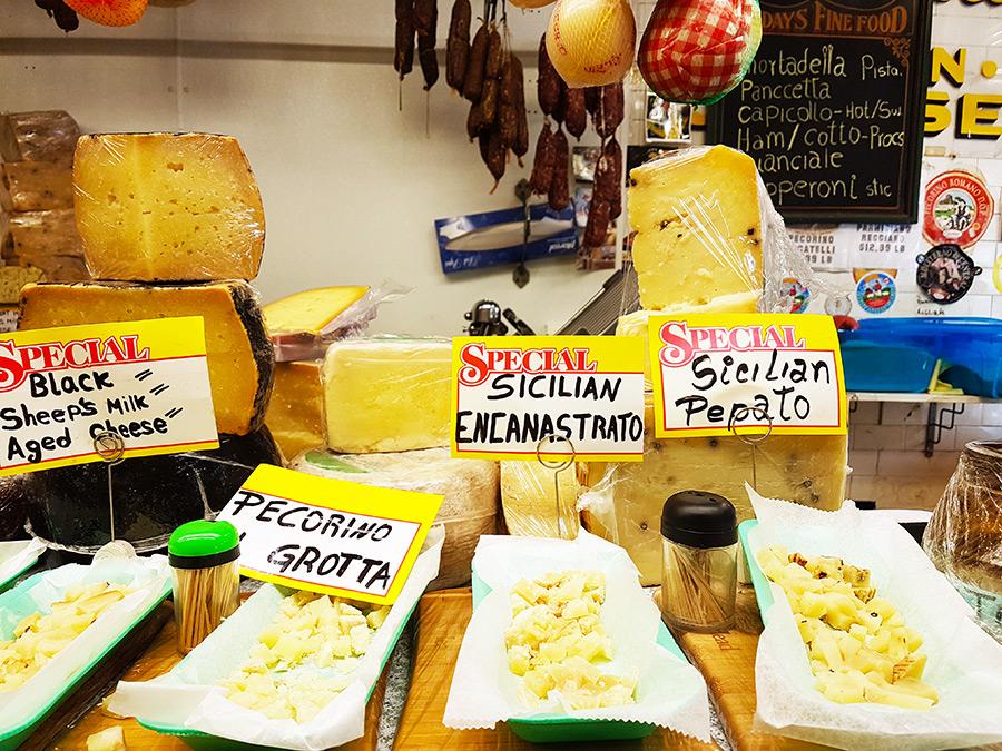 Interior de un local de quesos y embutidos italianos en la Avenida Arthur de Belmont, la Pequeña Italia del Bronx - Foto de Andrea Hoare Madrid