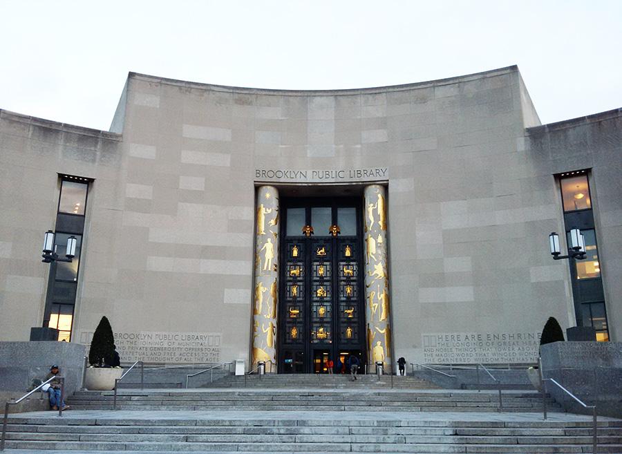 Entrada monumental de la Biblioteca Pública de Brooklyn - Foto de Andrea Hoare Madrid