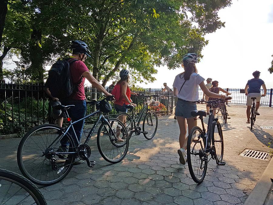 Grupo de turistas realizando un tour en bicicleta por Brooklyn - Foto de AHM Actividad ideal durante agosto en Nueva York