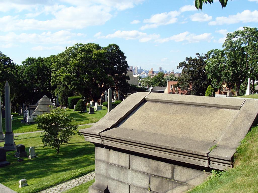 Vistas del cementerio y Manhattan al fondo desde lo alto de una colina del Greenwood Cemetery en Brooklyn - Foto de Andrea Hoare Madrid