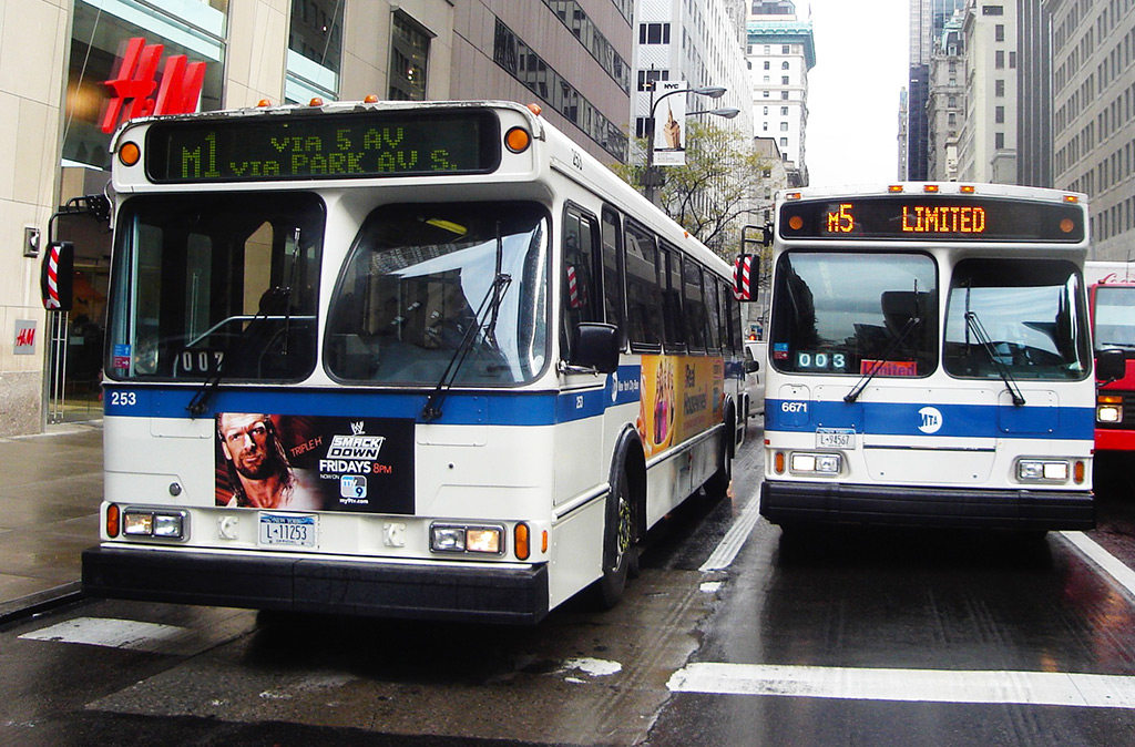Buses de Nueva York vistos de frente circulando por Manhattan - Foto de AHM