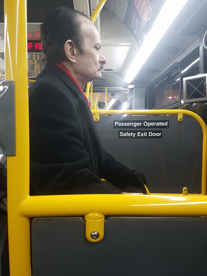 Pasajero bajando por la puerta trasera de uno de los autobuses de NYC - Foto de AHM