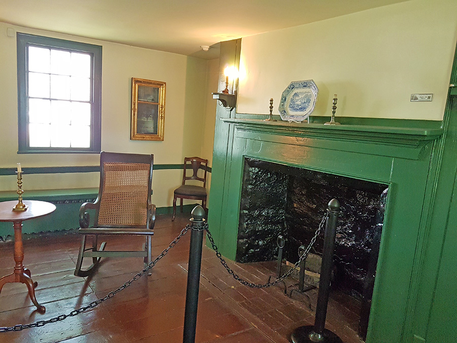 Mecedora y espejo de Edgar Allan Poe dentro de su casa en el Bronx - Foto de Andrea Hoare Madrid