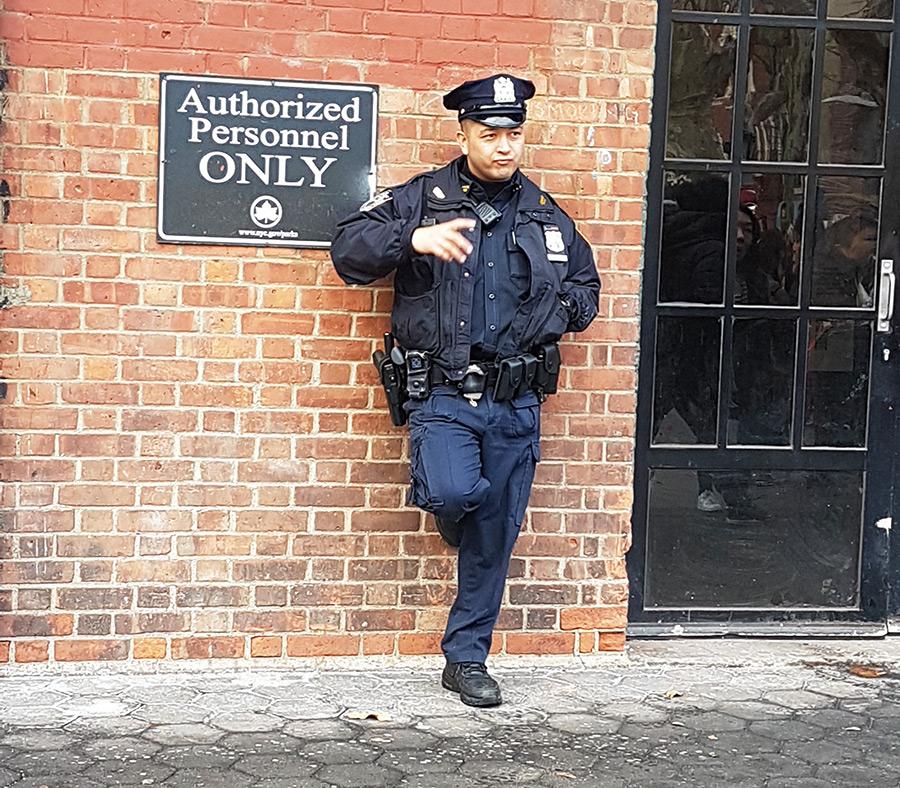 Oficial de Policía en el Chinatown (tiene evidentes rasgos asiáticos) Foto de Andrea Hoare Madrid