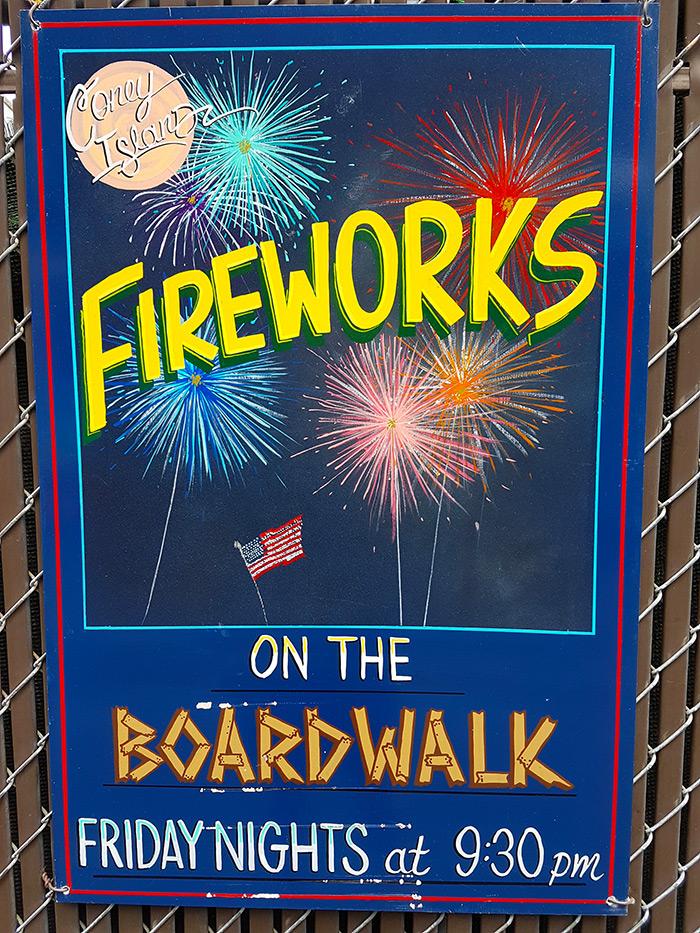 Letrero anunciando el show de fuegos artificiales en Coney Island los viernes de verano - Foto de Andrea Hoare Madrid