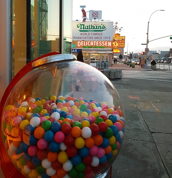 Maquina de dulces y al fondo Nathans de Coney Island - Foto de Andrea Hoare Madrid