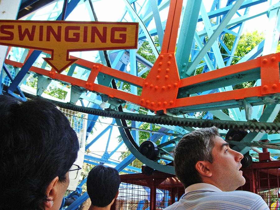 """Letrero indicando el acceso a los carritos """"swinging"""" (coches que pendulan) de la rueda de la fortuna Denos Wonder Wheel en Coney Island - Foto de Andrea Hoare Madrid"""