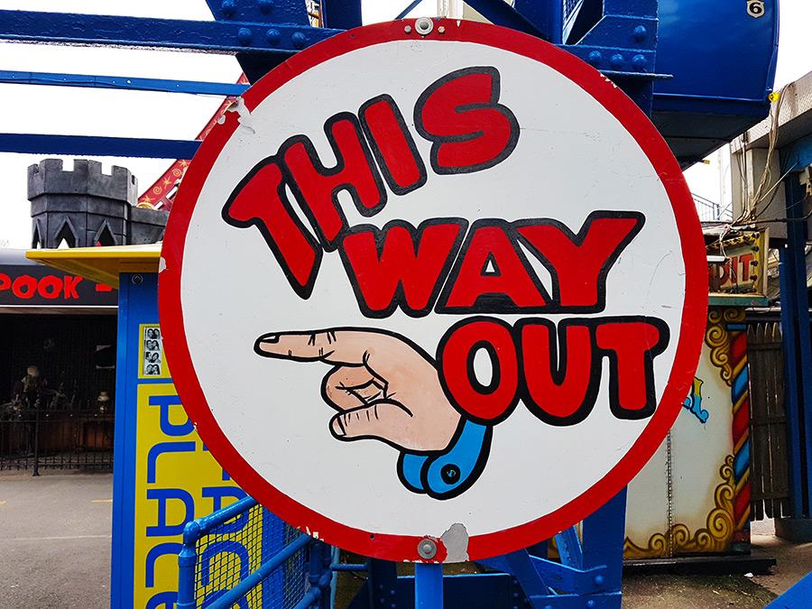 Letrero estilo vintage en Denos Wonder Wheel indicando la salida de la rueda de la fortuna - Foto de Andrea Hoare Madrid