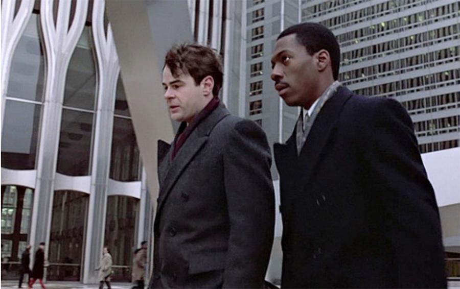 Escena de Eddie Murphy y Dan Aykroyd caminando frente a las Torres Gemelas en Trading Places (1983), De Mendigo a Millonario - Pantallazo de la película - Lista de Las Torres Gemelas en el cine