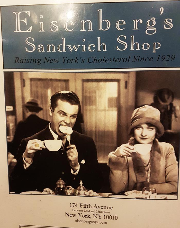 """Portada de la Carta de Eisenbergs Sandwich Shop, uno de los locales clásicos de Nueva York para probar sandwich de pastrami. El lema dice """"subiendo el nivel de colesterol de Nueva York desde 1929"""". Foto de AHM"""