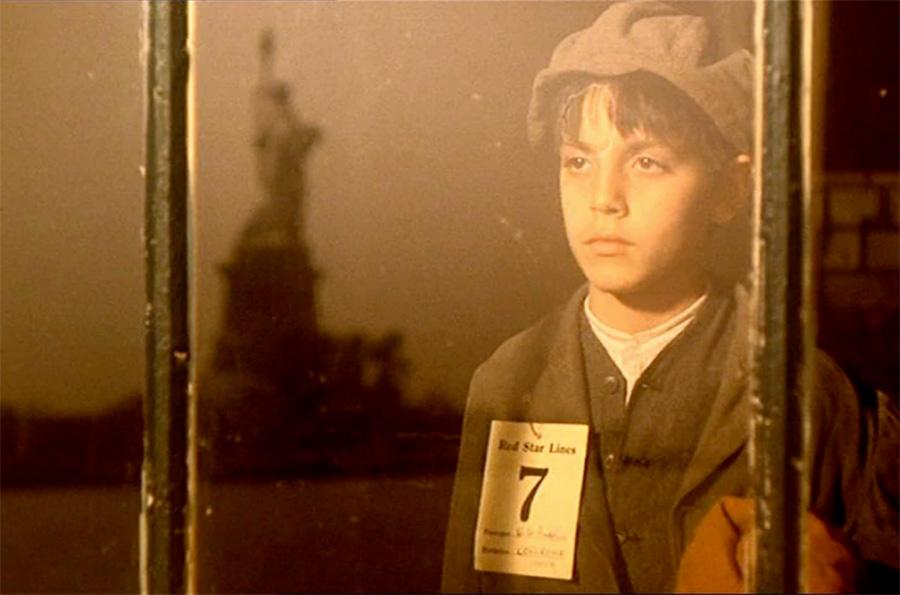 Captura de pantalla de un fotograma de la escena en que Vito Andolini -el joven Vito Corleone- mira la Estatua de la Libertad desde su habitación haciendo cuarentena en la Isla de Ellis en la película El Padrino 2