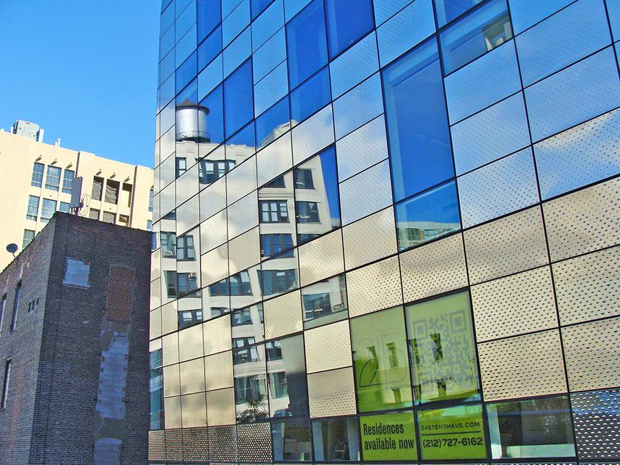 Edificios modernos junto a edificios industriales durante un recorrido por el HighLine Park. Muestra de la gentrificación de su entorno. Foto de Andrea Hoare Madrid