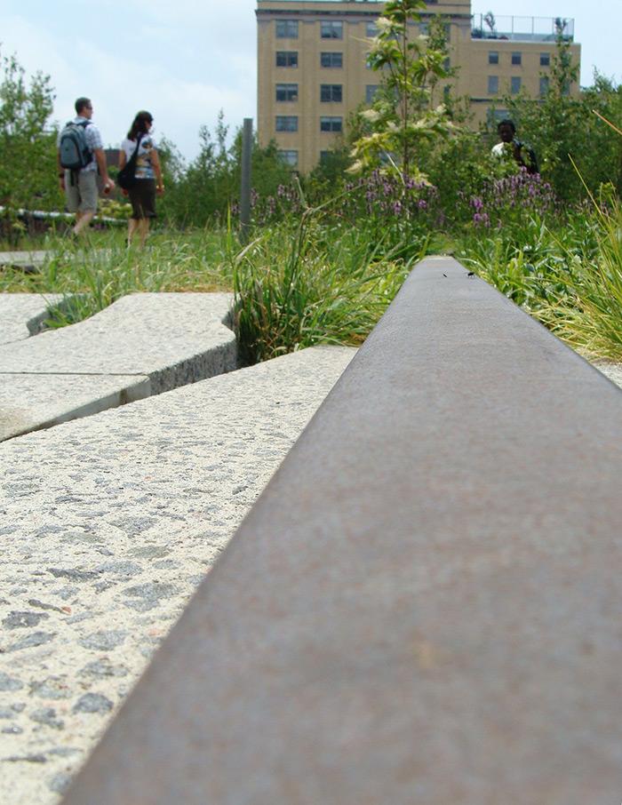 Antigua vía del tren visible a lo largo del recorrido por High Line Park - Foto de Andrea Hoare Madrid