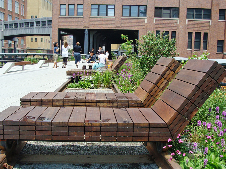 Sundeck de High Line Park a la altura de las calles 14 y 15 con camas para tomar el sol. Foto de Andrea Hoare Madrid