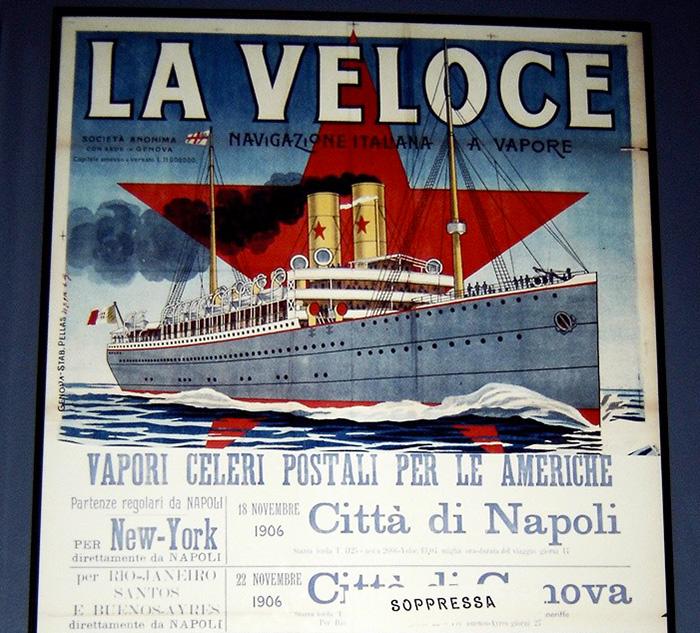 Cartel anunciado el viaje de crucero Transatlántico La Veloce desde el Puerto de Napoles hasta Nueva York, expuesto en el Museo de la Inmigración de Nueva York - Foto de Andrea Hoare Madrid