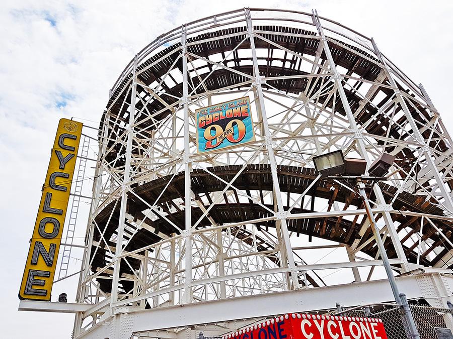 Letreros del 90 aniversario de la Montaña Rusa Cyclone en el parque de diversiones de Coney Island - Foto de Andrea Hoare Madrid