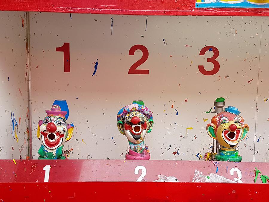 Foto de tres payasos para jugar tiro al blanco con pistolas de agua, uno de los juegos de feria de Luna Park el parque de diversiones de Coney Island - Foto de Andrea Hoare Madrid