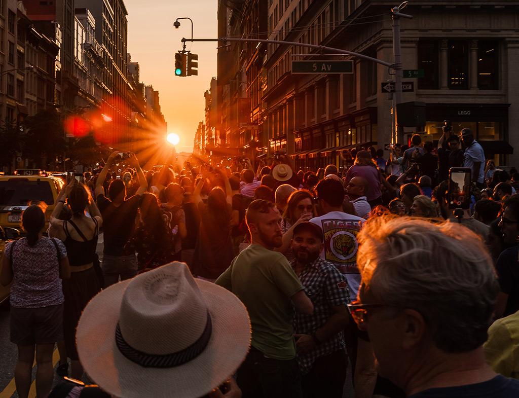 Personas fotografiando el Manhattanhenge, momento del año en que la puesta de sol coincide con las calles del centro de Manhattan. Foto de Mike Kareh en Unsplash disponible en https://unsplash.com/photos/Z8gmlhycZXM