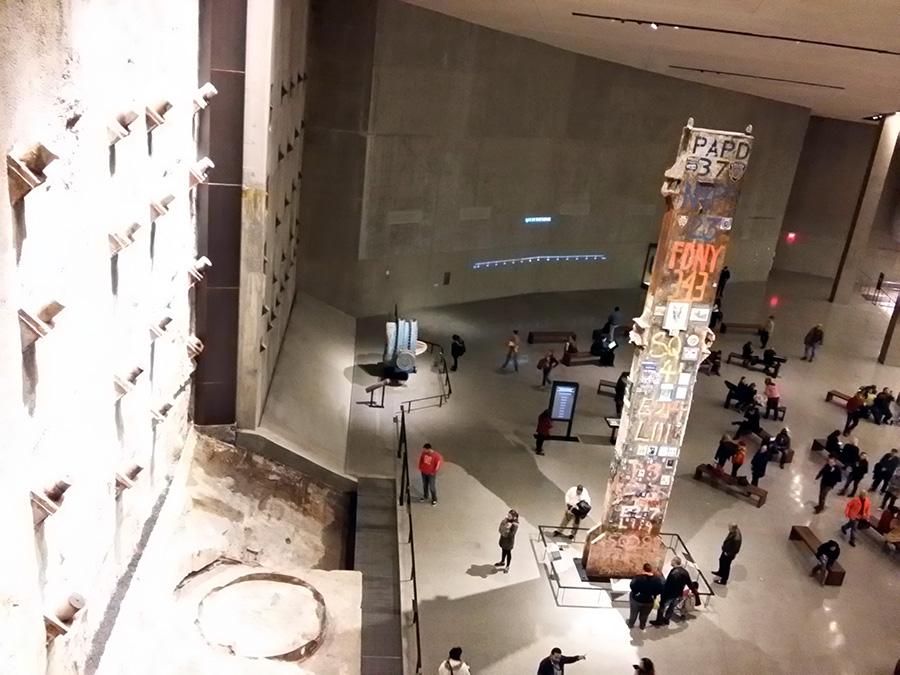Hall central del Museo Memorial del 9/11 donde se expone la única columna de la estructura de las Torres Gemelas que permaneció en pie y que se convirtió en el símbolo de la tragedia - Foto de Andrea Hoare Madrid