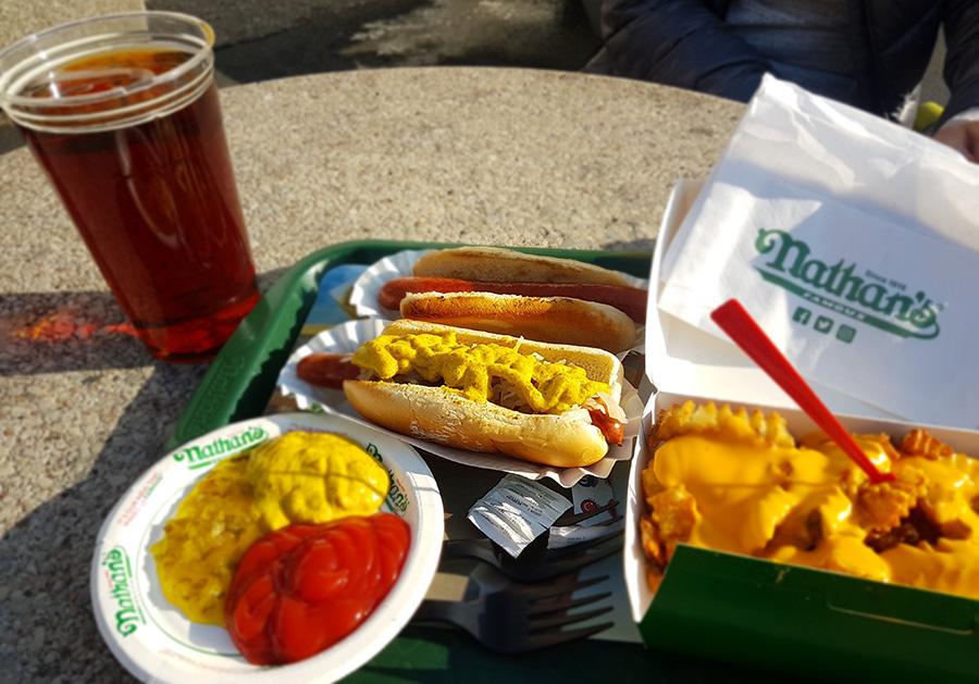 Hot dog de la casa matriz de Nathans en Coney Island junto a papas y cerveza - Foto de Andrea Hoare Madrid