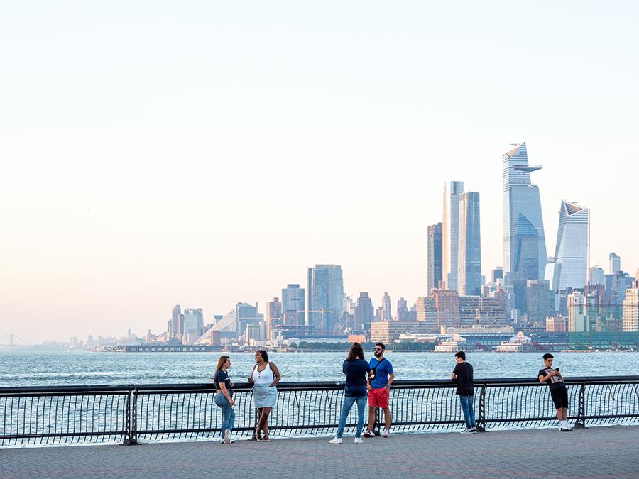 Vista del Barrio Hudson Yards de Manhattan desde el Hudson River Waterfront Walkaway en Hoboken - Foto de Dimitry Anikin en Unsplash disponible en https://unsplash.com/photos/uwP28TaFTr4