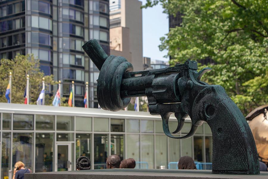 Monumento a la No Violencia, escultura de bronce también conocida como la Pistola amarrada del escultor sueco  Carl Fredrik Reuterswärd, ubicada frente a la sede de las Naciones Unidas en Nueva York. Foto de Matthew TenBruggencate en Unsplash