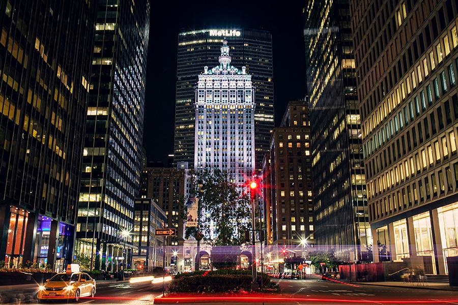 Park Avenue de noche, al fondo MetLife Building, Midtown East Manhattan. Foto de Fabio Fistarol en Unsplash