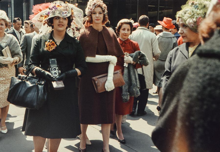 Foto histórica del Easter Bonnet Parade durante la Semana Santa en Nueva York de 1960. Imagen de Annie Spratt en Unsplash disponible en https://unsplash.com/photos/YuZSwqL7IJM