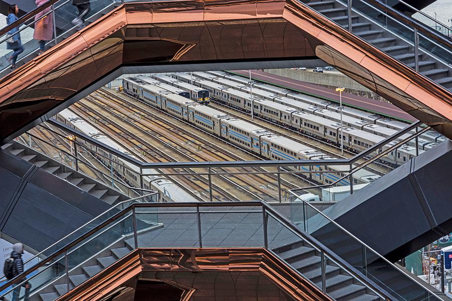 Rieles de los trenes Amtrak que llegan a Penn Station vistos desde la escultura The Vessel - Foto cortesía de María Fernanda Pellejero @mafepellejero