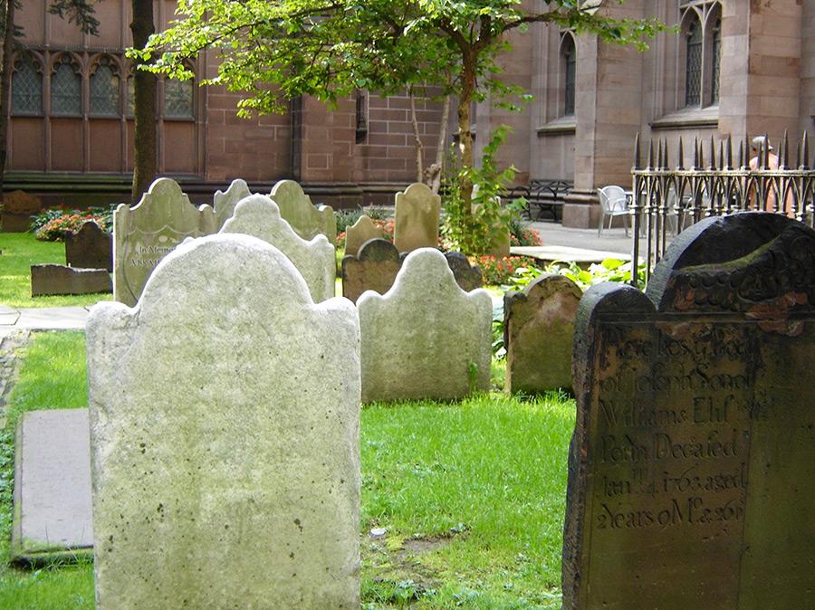 Lápidas de piedra centenarias en el cementerio de la Trinity Church en Lower Manhattan - Foto de Andrea Hoare Madrid