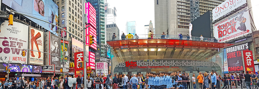 Consejos para caminar en Nueva York, en la imagen gente caminando muy rápido en Times Square - Foto de Andrea Hoare Madrid