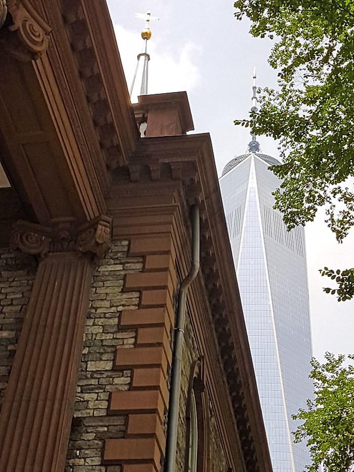 Atrás de la Capilla de Saint Paul se ve la One World Tower - Foto de Andrea Hoare Madrid