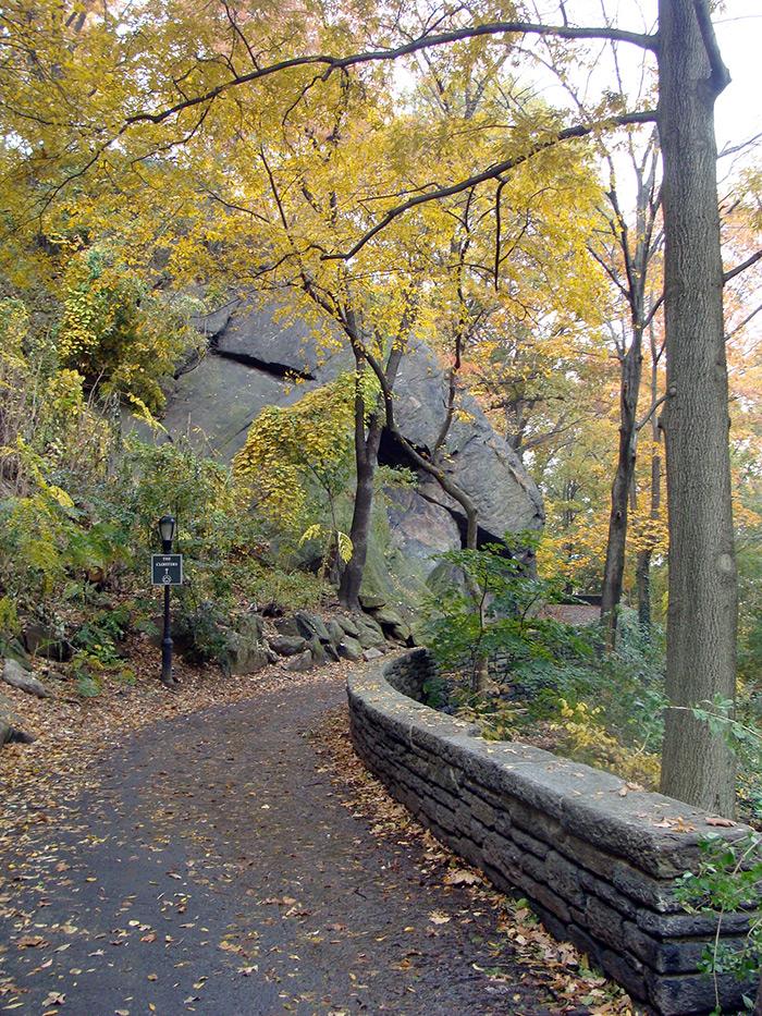 Sendero de Fort Tyron Park para ir a los Claustros del Museo de Arte Metropolitano de Nueva York en otoño - Foto de Andrea Hoare Madrid