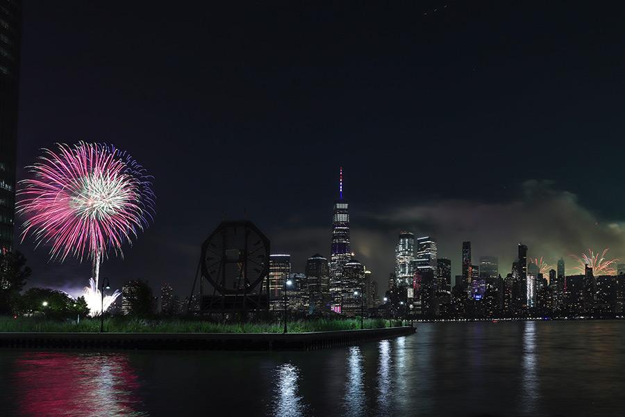 Show de fuegos artificiales del 4 de julio en Jersey City - Foto de Olga Subach en Unsplash disponible en https://unsplash.com/photos/zE84K5F9xjI