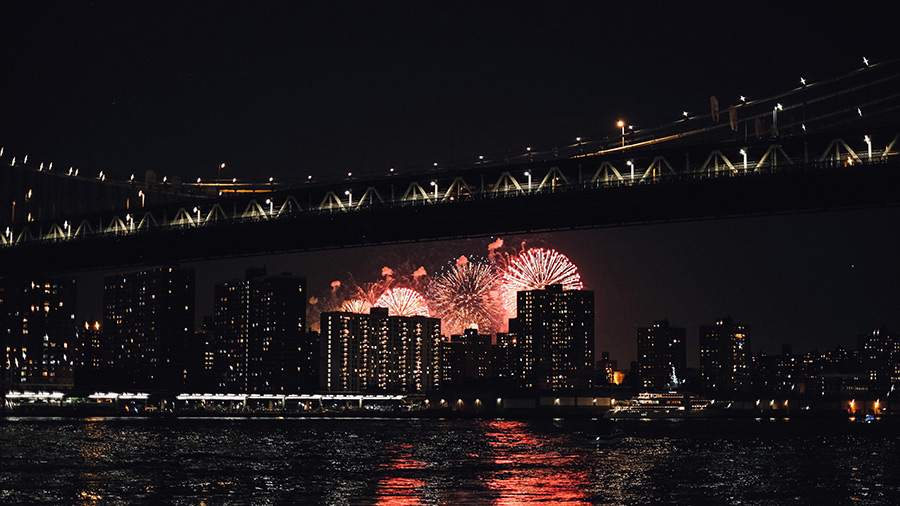 Fuegos artificiales del 4 de julio en Nueva York vistos desde Brooklyn - Foto de pparnxoxo en Unsplash disponible en https://unsplash.com/photos/2v3ZT3w0DX8