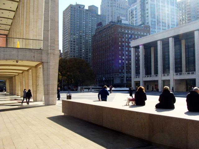 Personas tomando sol una tarde de otoño en la Josie Robertson Plaza del Lincoln Center - Foto de Andrea Hoare Madrid