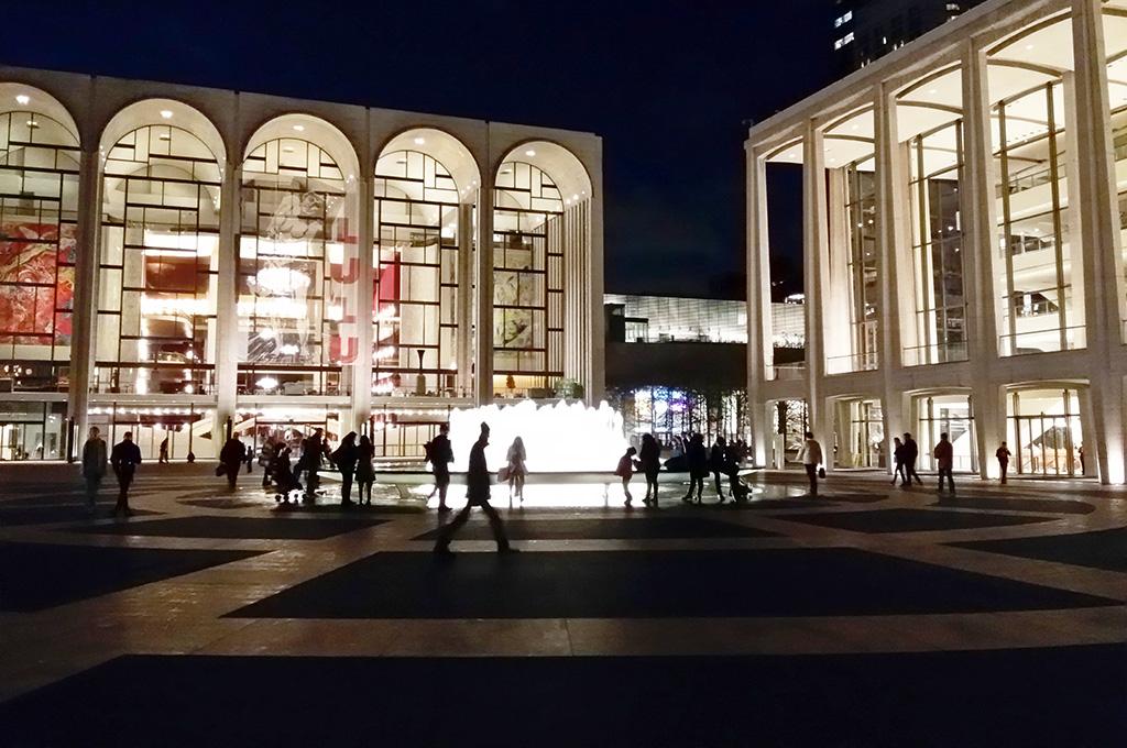 Vista de la plaza central del Lincoln Center en la noche - Foto de Andrea Hoare Madrid