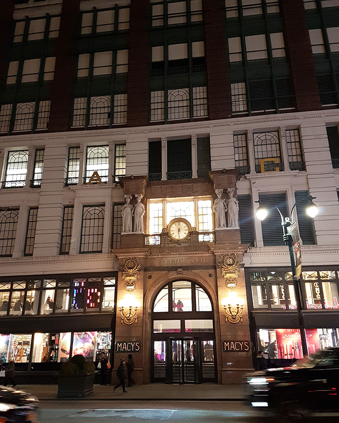 Entrada de Macy's y vista de varios niveles del edificio de la tienda principal en Herald Square, Manhattan. Foto de Andrea Hoare Madrid