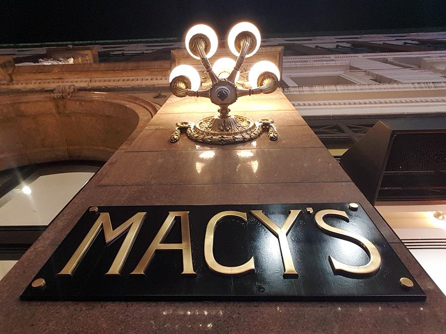 Letrero de Bronce de la tienda por departamentos Macy's de Herald Square y farol de bronce - Foto de Andrea Hoare Madrid