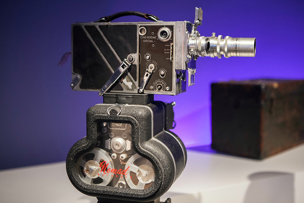 Foto de una cámara antigua expuesta en el Museo de la Imagen en Movimiento en Quees. Imagen de Reno Laithienne en Unsplash disponible en https://unsplash.com/photos/_NALwbfKpts