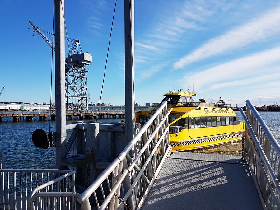 Ferry Ikea Express Shuttle del New York Water Taxi atracando en el muelle de IKEA en Red Hook - Foto de Andrea Hoare Madrid