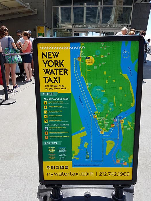Mapa con los recorridos del New York Water Taxi: loop entre Manhattan y DUMBO, IKEA Ferry y tours alrededor de la Estatua de la Libertad - Letrero ubicado en el Pier 11 de Wall Street - Foto de AHM