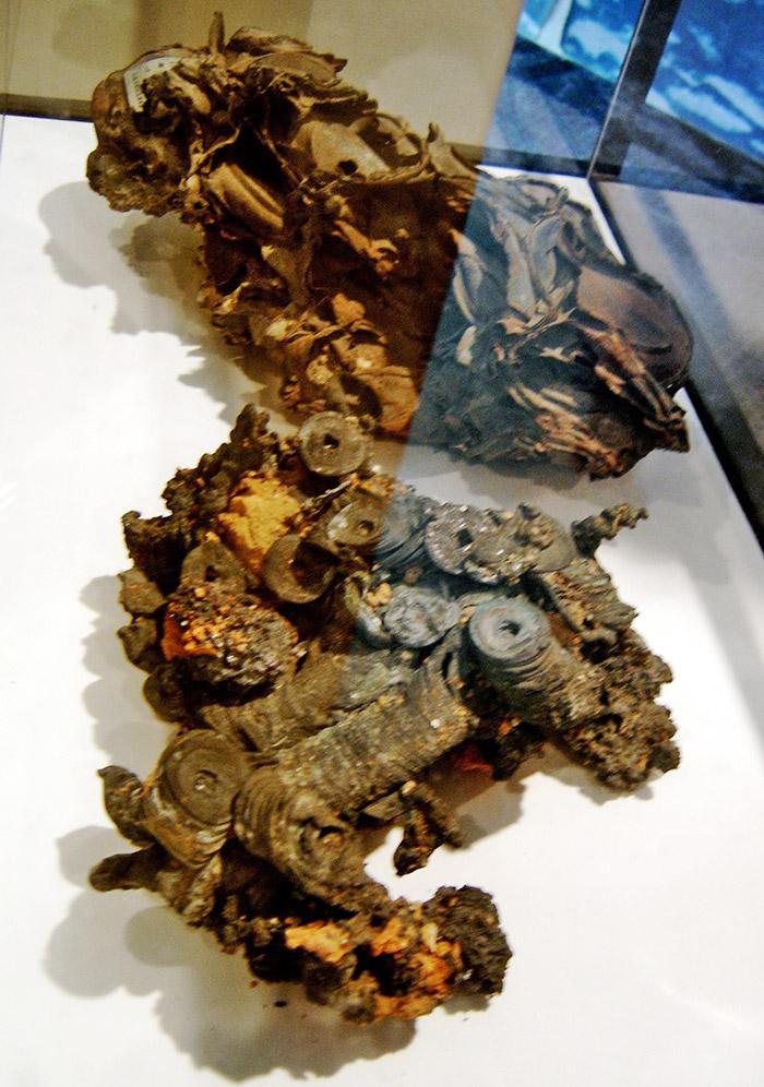 Restos de metal retorcido y fundido proveniente de las explosiones nucleares en Japón durante la Segunda Guerra Mundial expuestos al interior de la Sede de la ONU en Nueva York - Foto de AHM