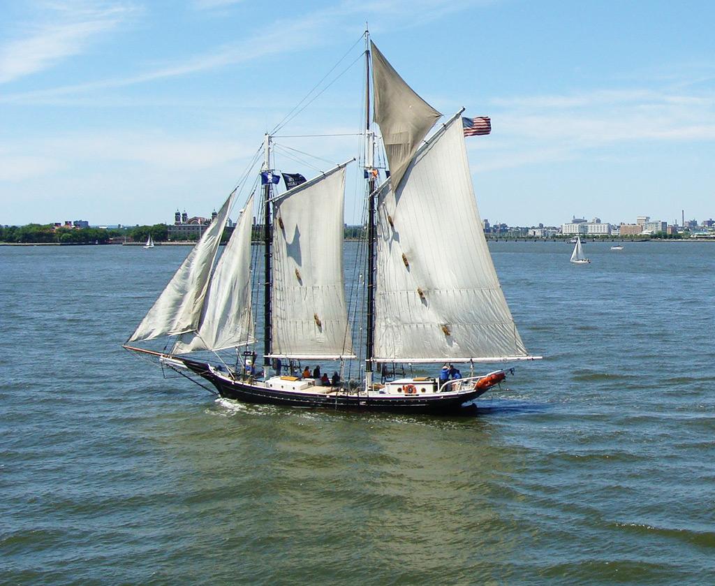 Velero histórico Schooner Pioneer navegando hacia la Estatua de la Libertad, embarcación parte de la colección del South Street Seaport Museum - Foto de Andrea Hoare Madrid