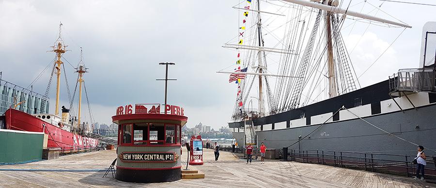 Vista panorámica del Pier 16 donde están las embarcaciones del Museo South Street Seaport (Carguero Wavertree a la derecha y Buque faro Ambrose a la izquierda) - Foto de Andrea Hoare Madrid