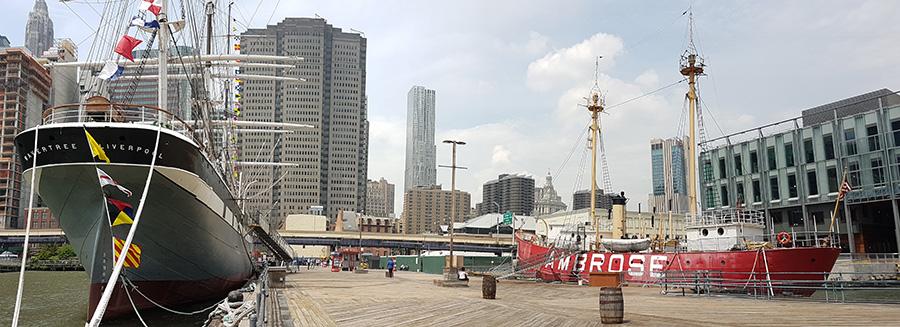 Vista panorámica del muell 16 -pier 16- de South Street Seaport. A la izquierda se ve la embarcación Wavertree y a la derecha el buque faro Ambrose, ambos barcos parte de la colección del Museo de South Street Seaport - Foto de Andrea Hoare Madrid