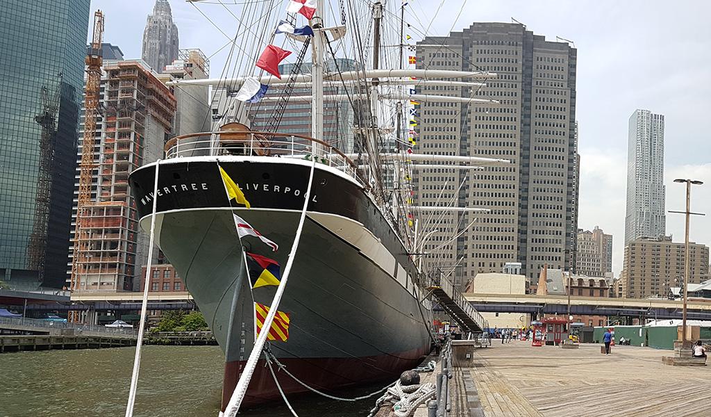 Vista frontal del carguero Wavertree de 1885 en el Pier 16 del sur de Manhattan, es parte de la colección de embarcaciones del Museo South Street Seaport - Foto de Andrea Hoare Madrid