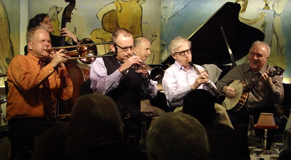 Woody Allen en vivo tocando el clarinete junto a su banda Woody Allen & The Eddy Davis New Orleans Jazz Band en The Carlyle en el Upper East Side - Captura de pantalla del video disponible en https://www.youtube.com/watch?v=hcHWmQD6Cwc