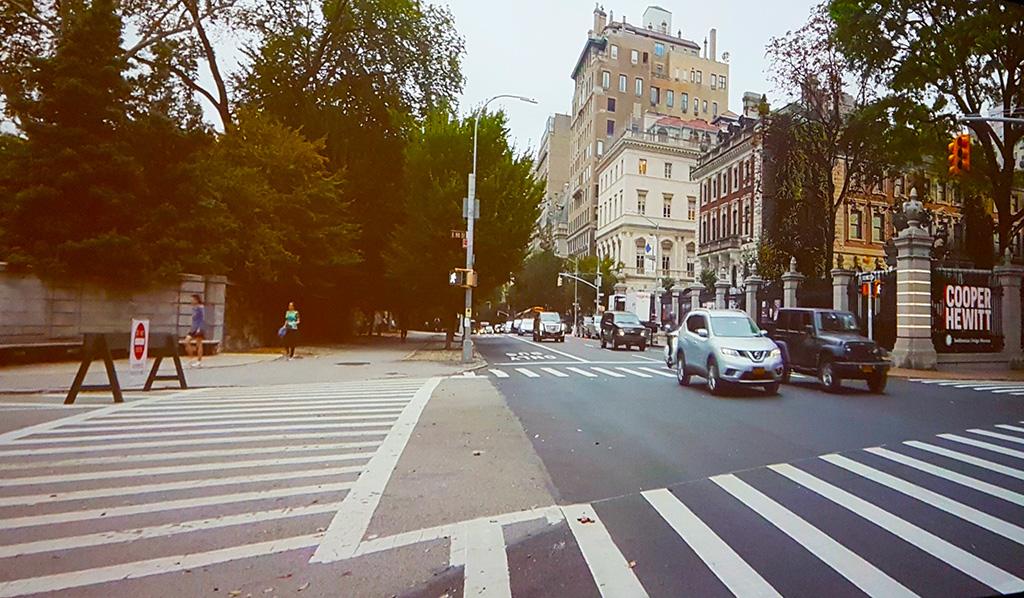 Exterior del Cooper Hewitt Museum en la Quinta Avenida frente a Central Park en el Upper East Side - Foto de AHM de una proyección de una instalación en el Museo